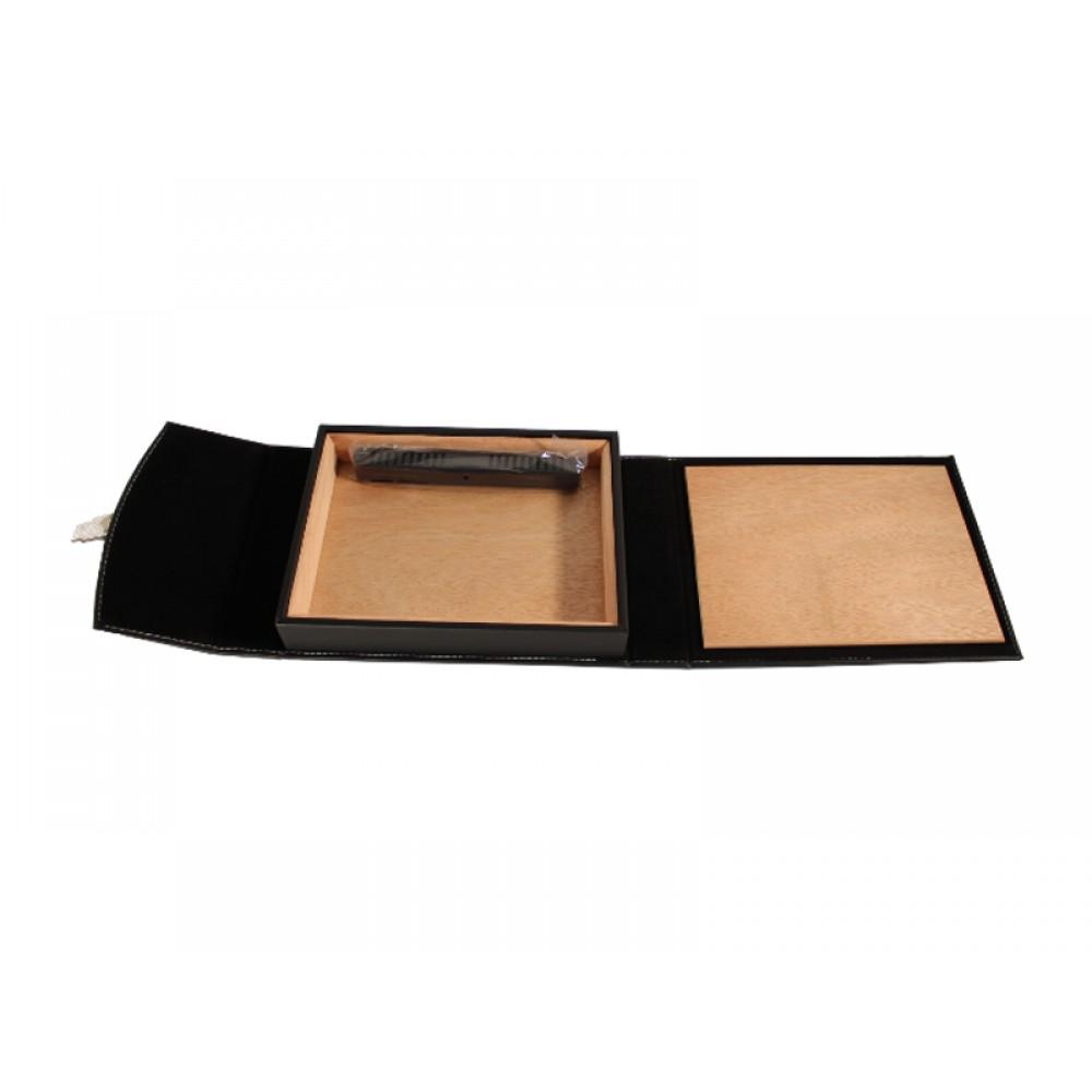 Utazóhumidor  - cédrusfa szivartartó doboz, párásítóval, fekete bőr borítású - pántos
