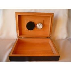 Humidor 40 szál szivar részére, fekete szivar doboz, cédrusfa, beépített párásító és hygrometer