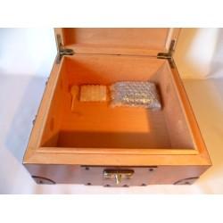 Humidor 50 szál szivar részére, bőr borítású szivar tároló doboz, réz kapoccsal, cédrusfa